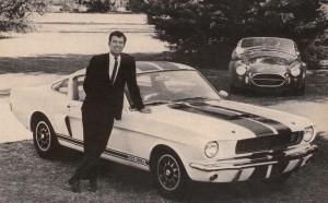 Carroll Shelby posa con una GT350 nel 1966