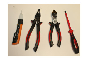Manutenzione Su Veicoli Ibridi ed Elettrici: Dispositivi di Protezione Individuale: Attrezzatura per lavori sotto tensione