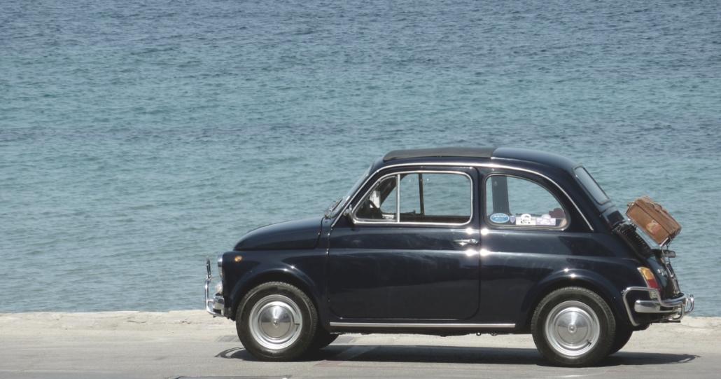Circolare con auto d'epoca e auto storica